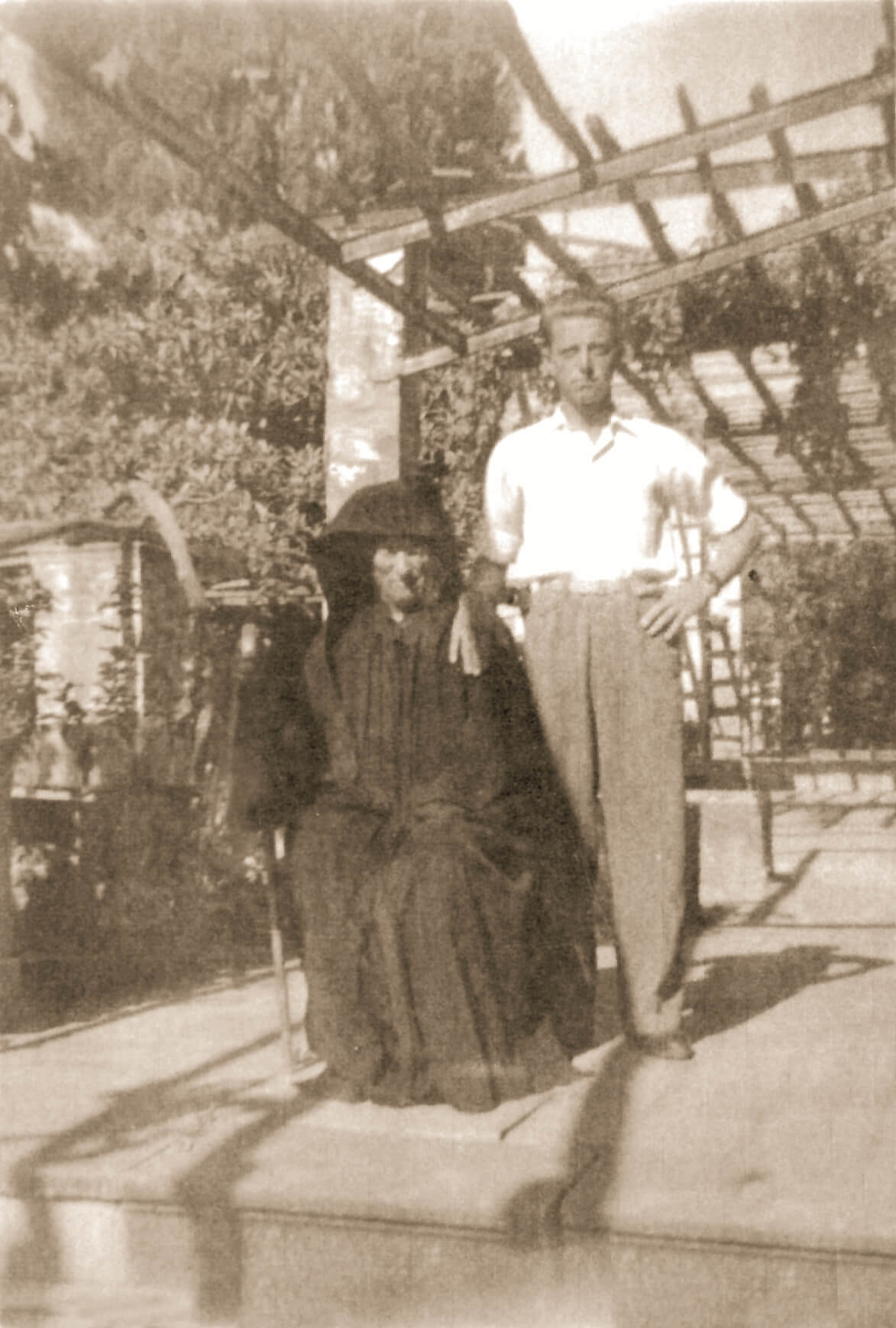 Ὁ ἅγιος Νικηφόρος φωτογραφημένος μαζί μέ τόν νεαρό Θεόδωρο, στήν Χίο.
