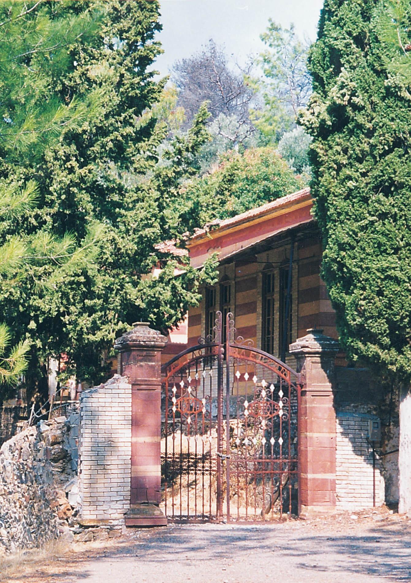 Πίσω ἀπό αὐτή τήν πόρτα ἔζησε σαραντατρία χρόνια στήν Χίο ὁ ἅγιος Νικηφόρος.